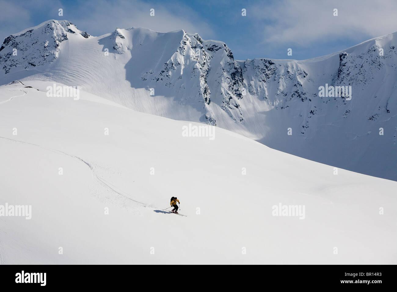 Uomo di telemark sci sul pendio aperto in montagna backcountry vicino Haines, Alaska. Immagini Stock