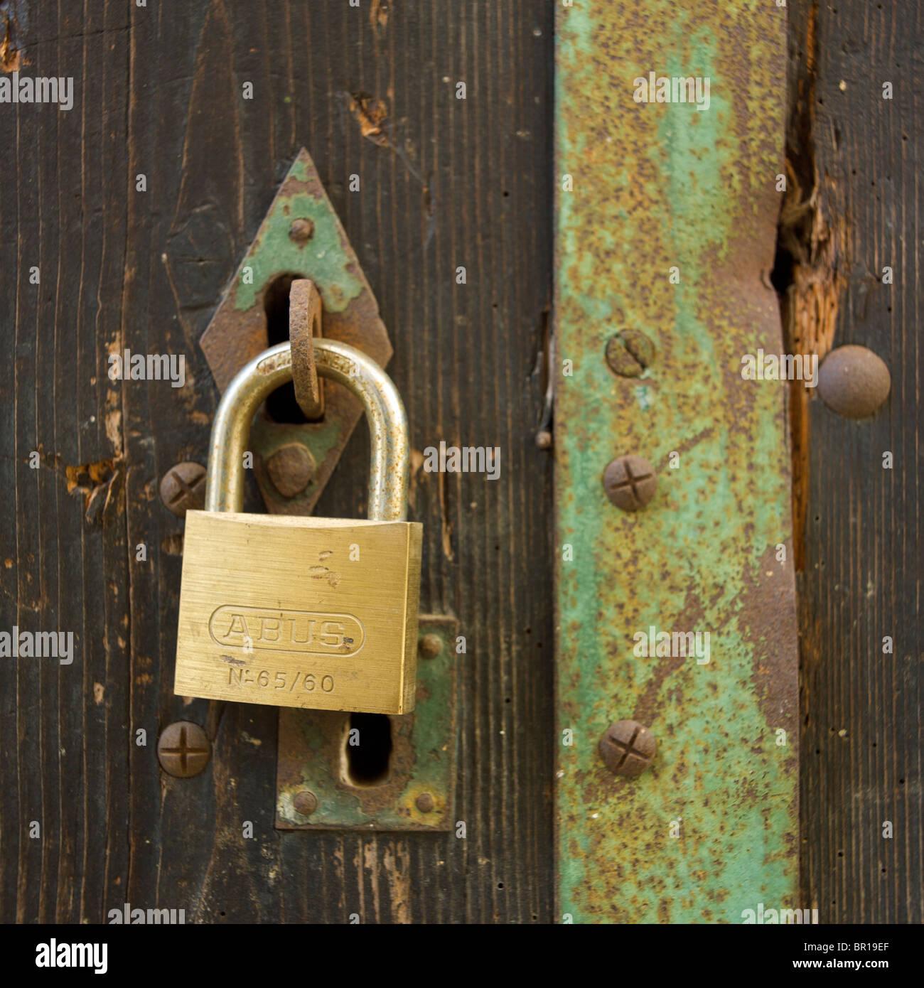 Porta di legno e lucchetto Immagini Stock