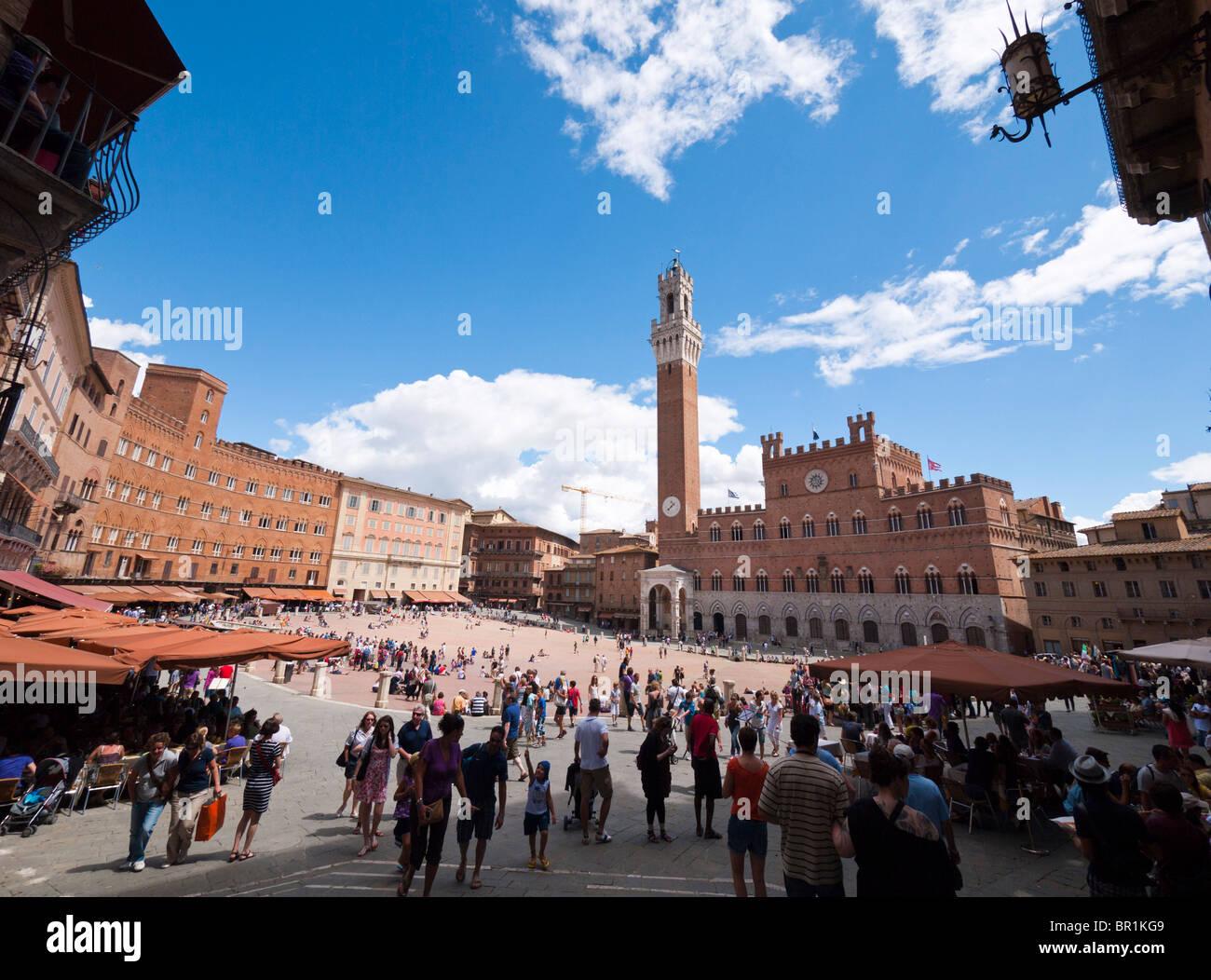 """I turisti di visitare """"il campo', la piazza centrale presso il centro storico di Siena in Toscana, Italia. Immagini Stock"""
