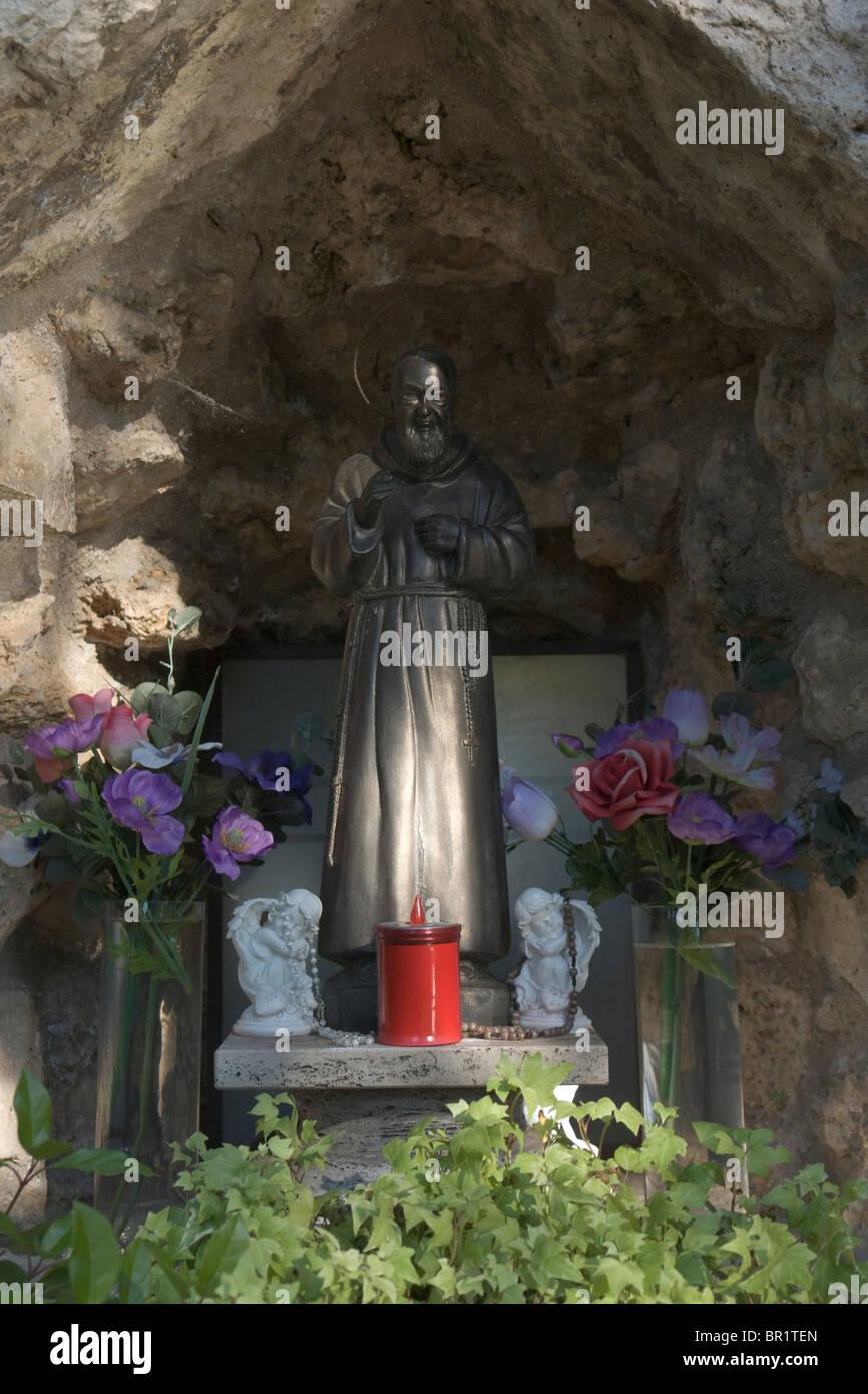 Piccola statua di Padre Pio (San Pio da Pietrelcina) Immagini Stock
