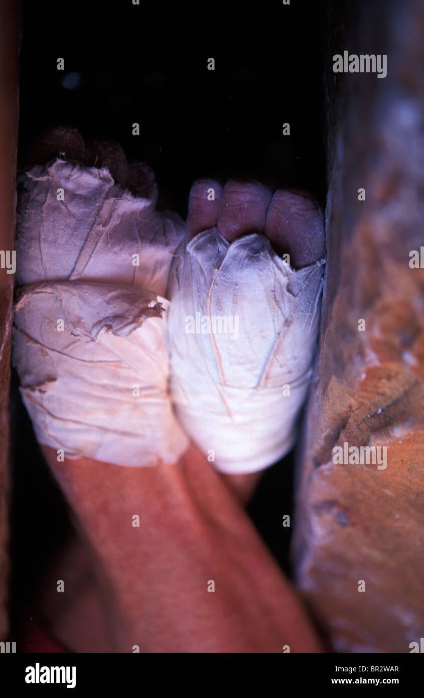 Un scalatore di pugni impilati in una crepa. Immagini Stock