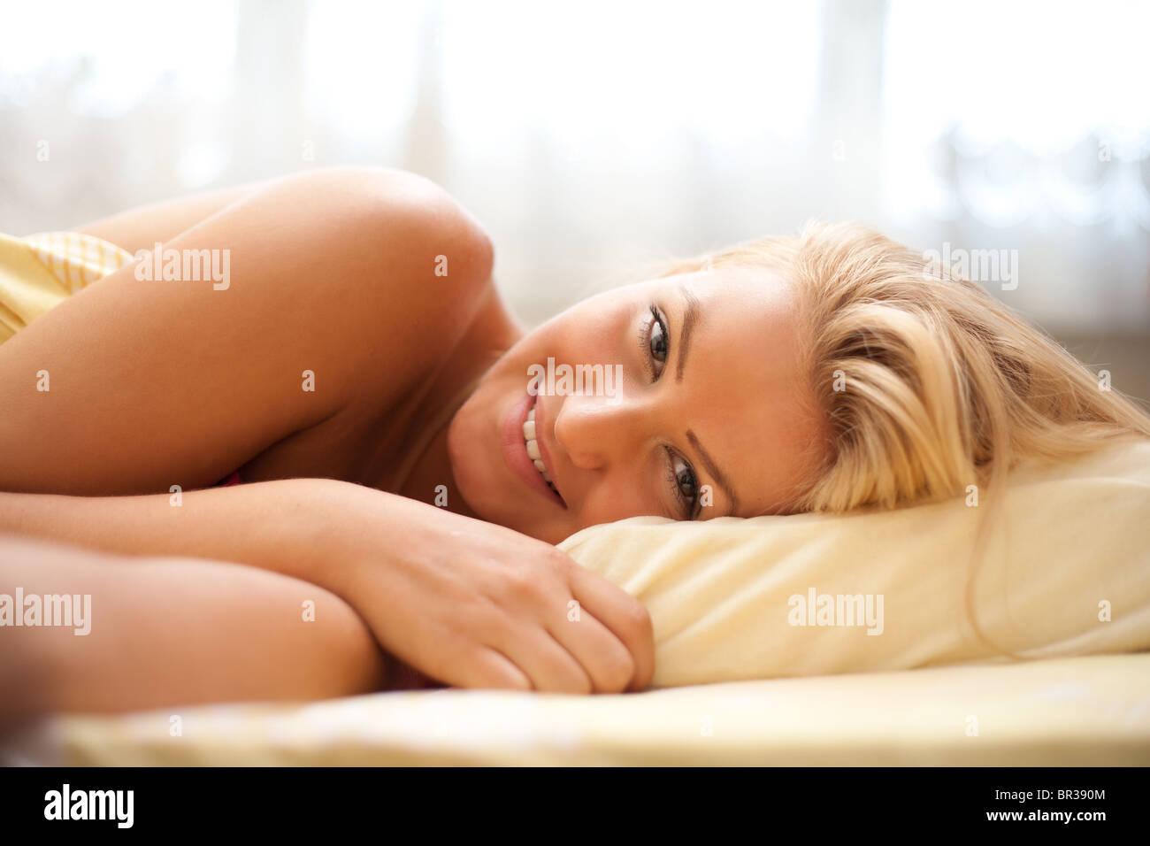 Close up ritratto di una bella donna bionda la preparazione di dormire (o semplicemente risvegliare la mattina) Immagini Stock