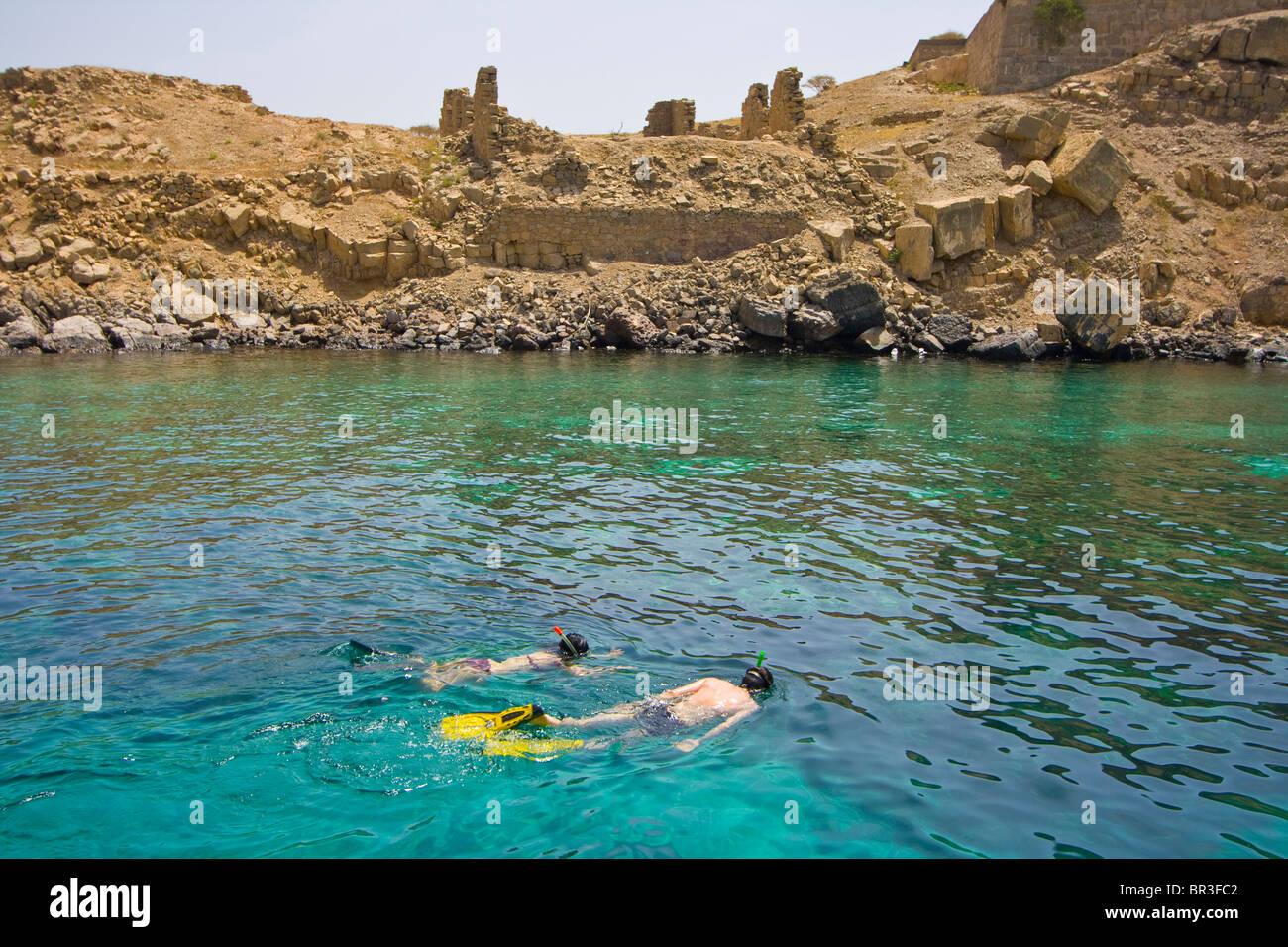 Turista giovane Snorkeling presso l'isola del telegrafo sul Pensinsula Musandam in Oman Immagini Stock
