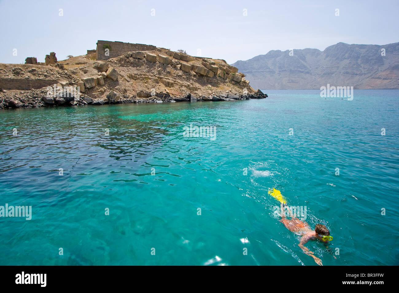Ragazzo Snorkeling presso l'isola del telegrafo sulla penisola di Musandam in Oman Immagini Stock