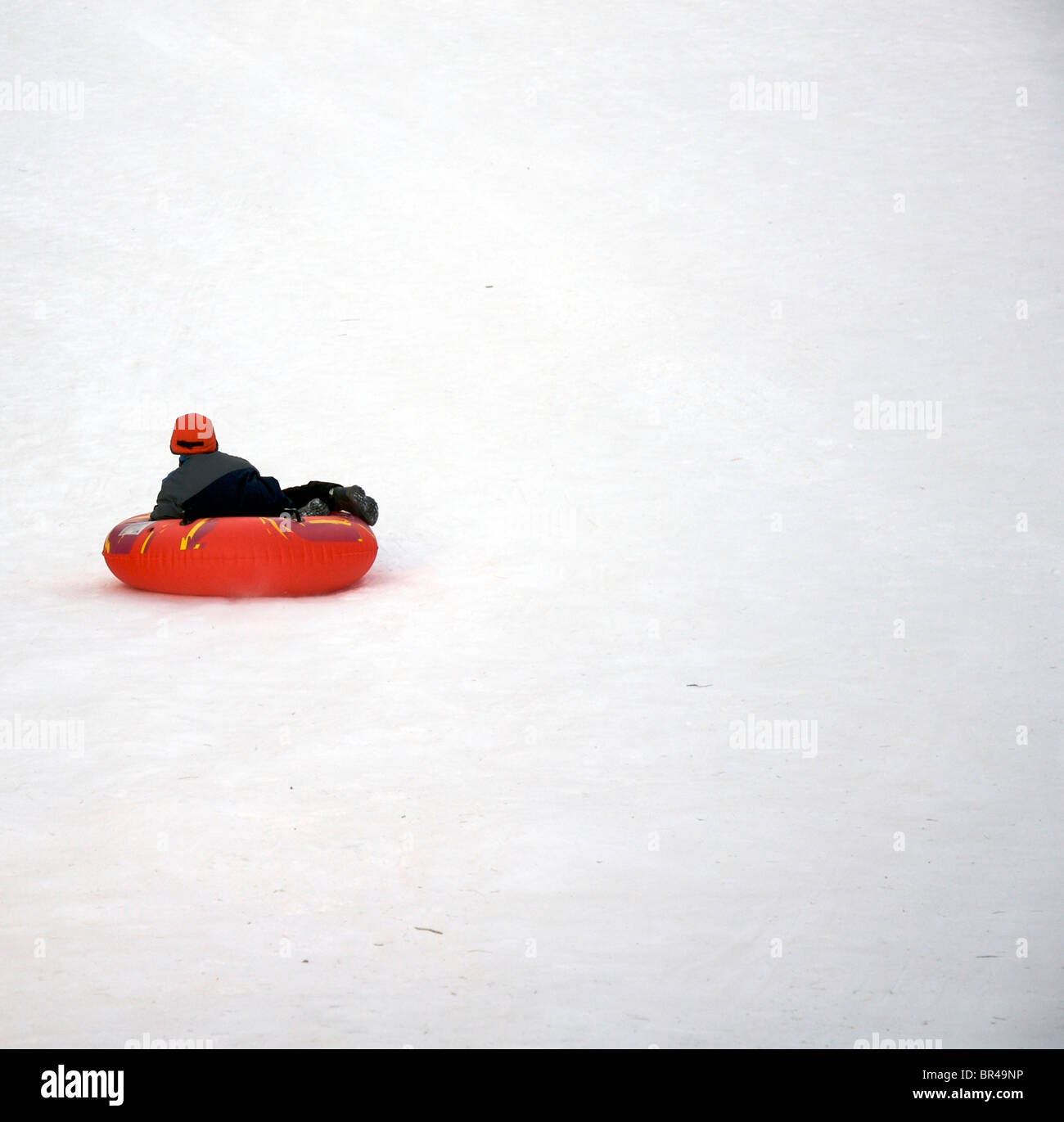 Il ragazzo corse in slittino con tubo in Kennebunk, Maine Immagini Stock