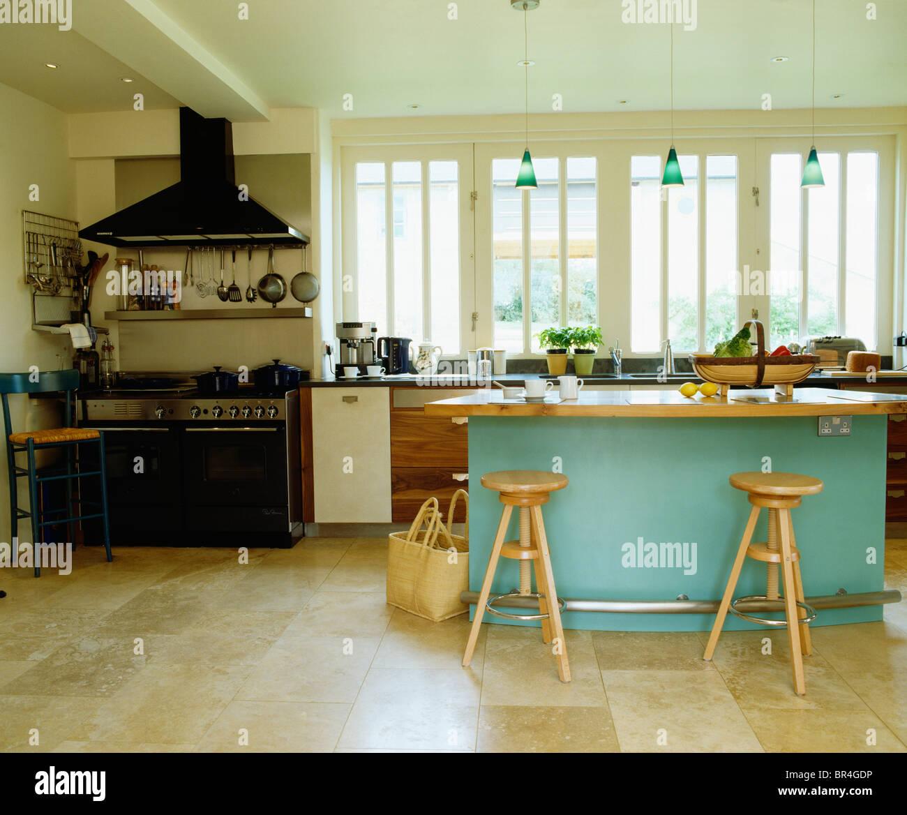 Pavimenti in pietra calcarea in cucina moderna con sgabelli in legno ...