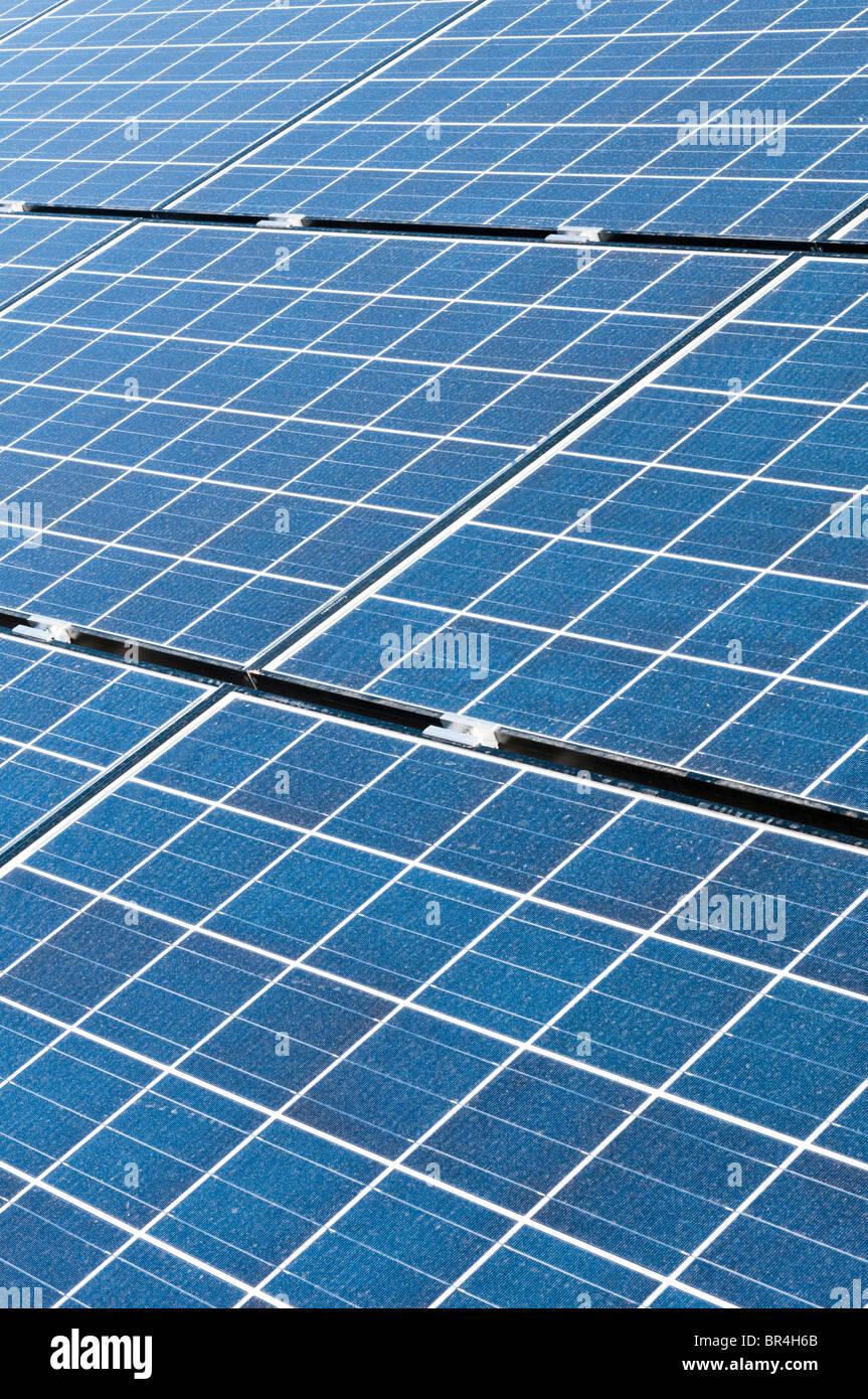 Un impianto fotovoltaico è costruito in modo da fornire energia elettrica a una scuola elementare in Arizona. Immagini Stock