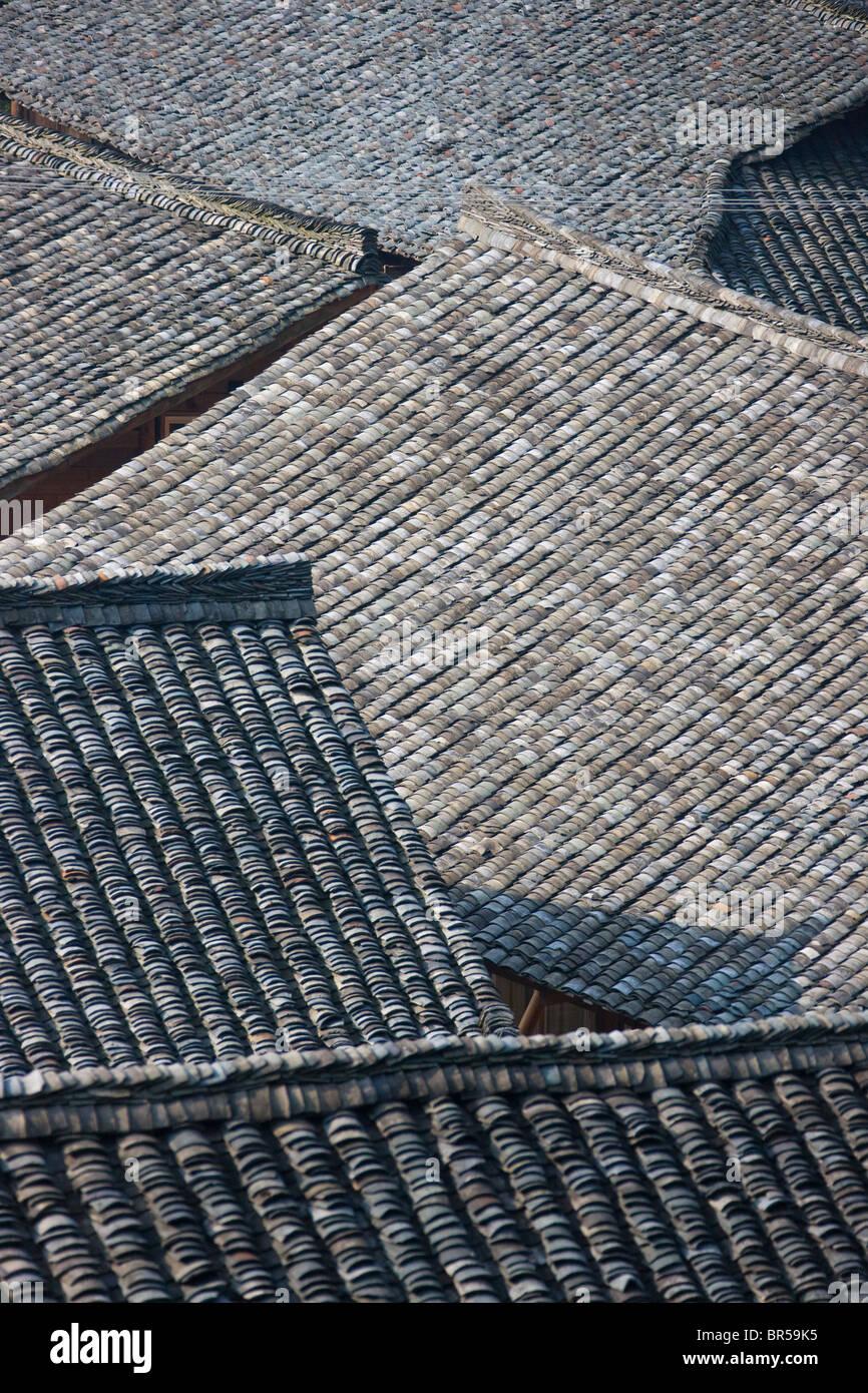 Piastrelle nere del tetto della casa di villaggio, Longsheng, Guangxi, Cina Foto Stock