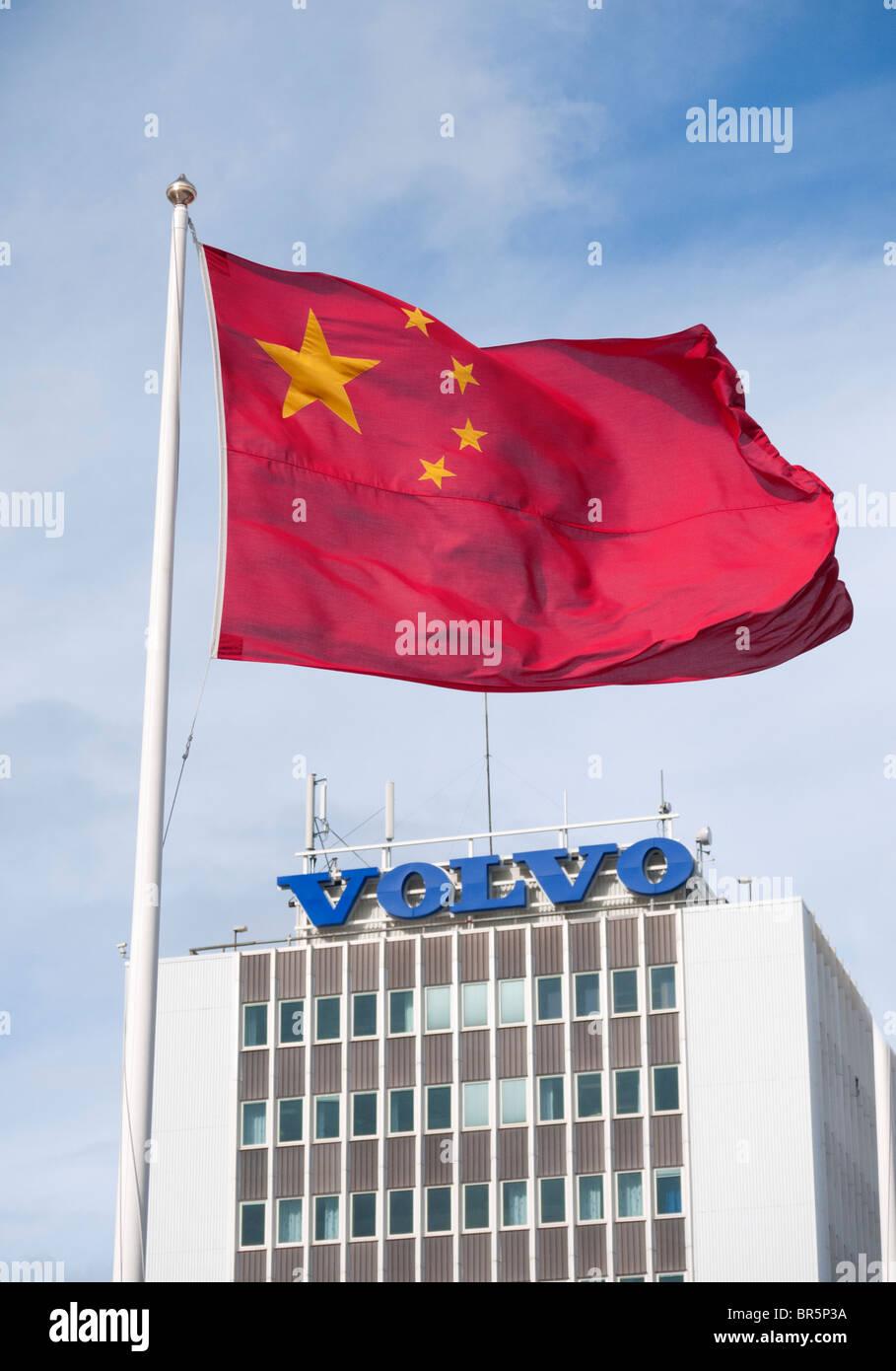 Bandiera cinese volare sulla fabbrica Volvo di Göteborg in Svezia seguenti opa cinese della società 2010 Immagini Stock
