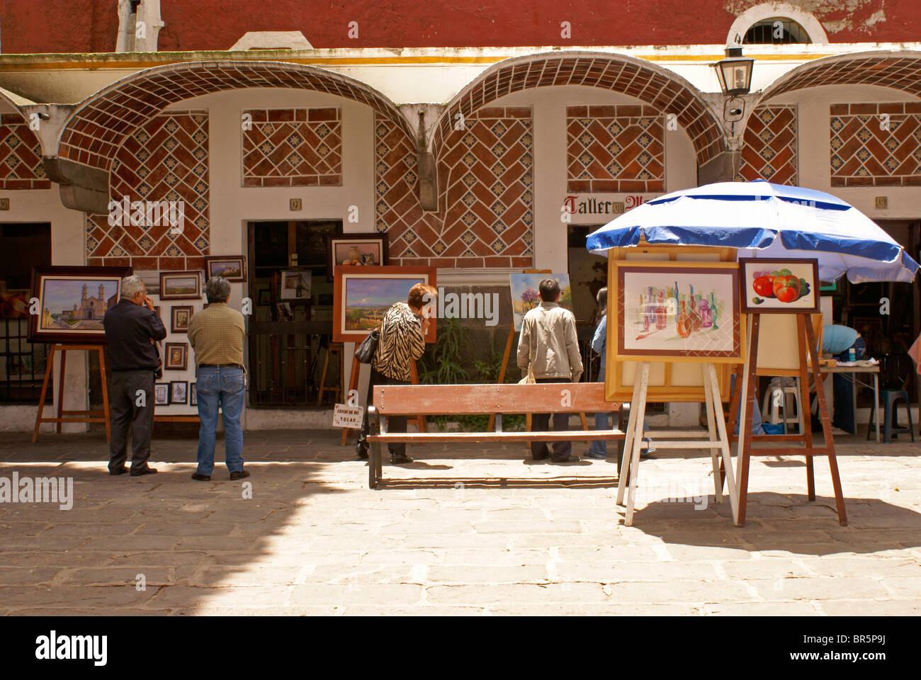 Artisti, persone browsing e dipinti per la vendita nel Barrio del artista o artista trimestre nella città di Immagini Stock