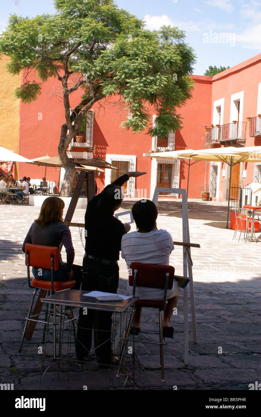 Gli studenti di arte e di insegnante nel Barrio del artista o artista trimestre, nella città di Puebla, Messico Immagini Stock