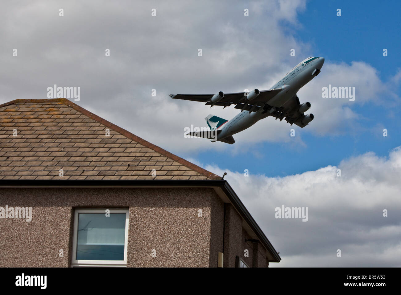 Un piano di decollare dal London Heathrow Airport e volare sopra le Hatton Cross area di Hounslow Borough. Immagini Stock