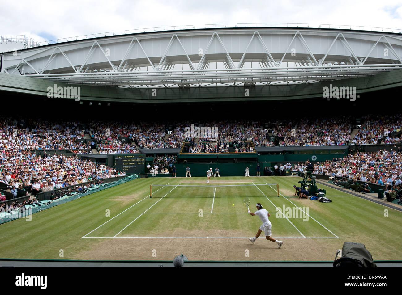 Vista generale del Centre Court gioco durante la mens singles finale a Wimbledon Tennis Championships 2010 Immagini Stock