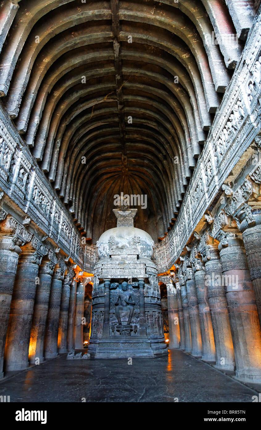 Caverna scolpita interno, grotte di Ajanta, nello stato del Maharashtra, India Immagini Stock