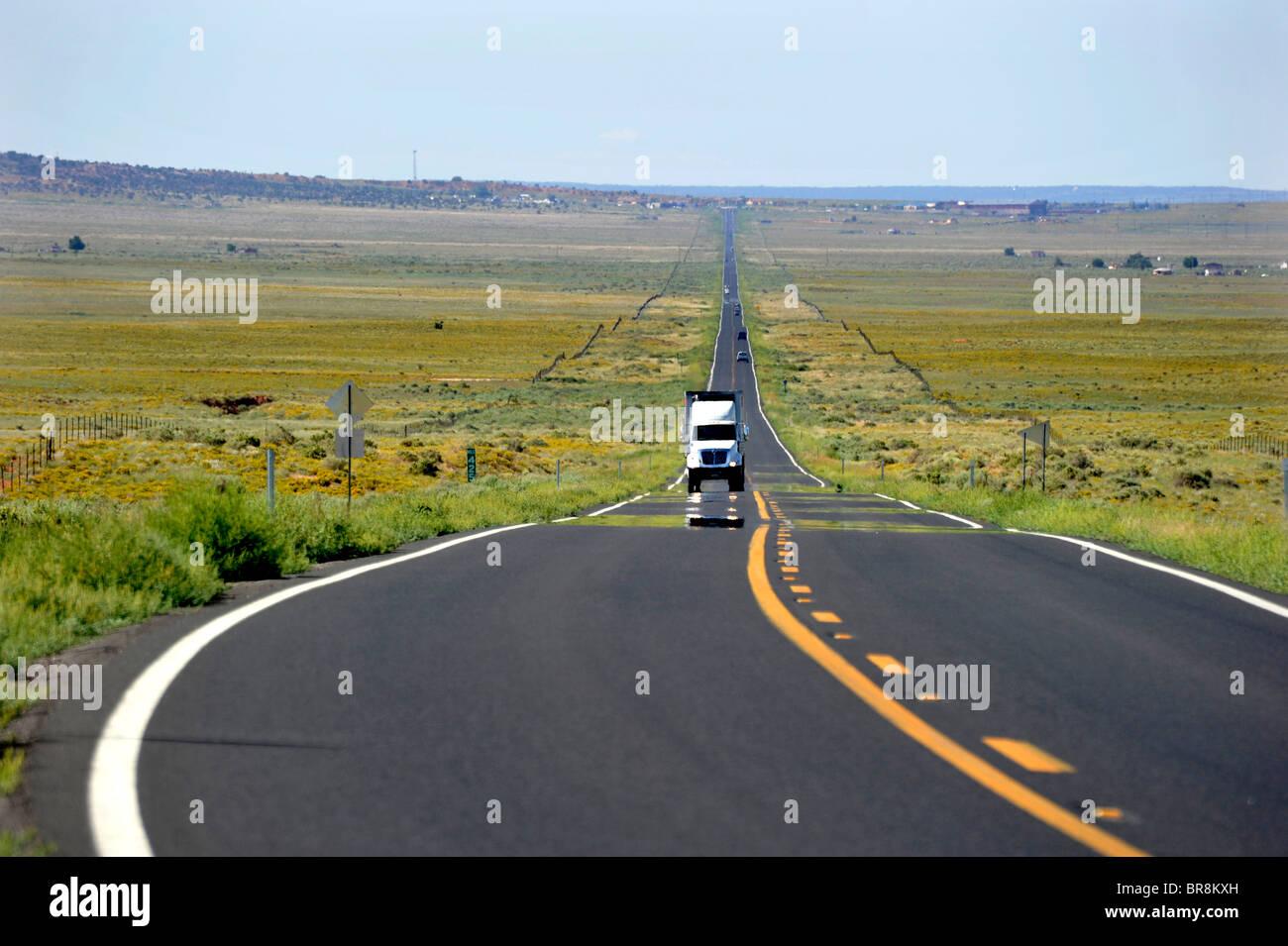 Lungo le strade diritte nel paese deserto Arizona USA Immagini Stock
