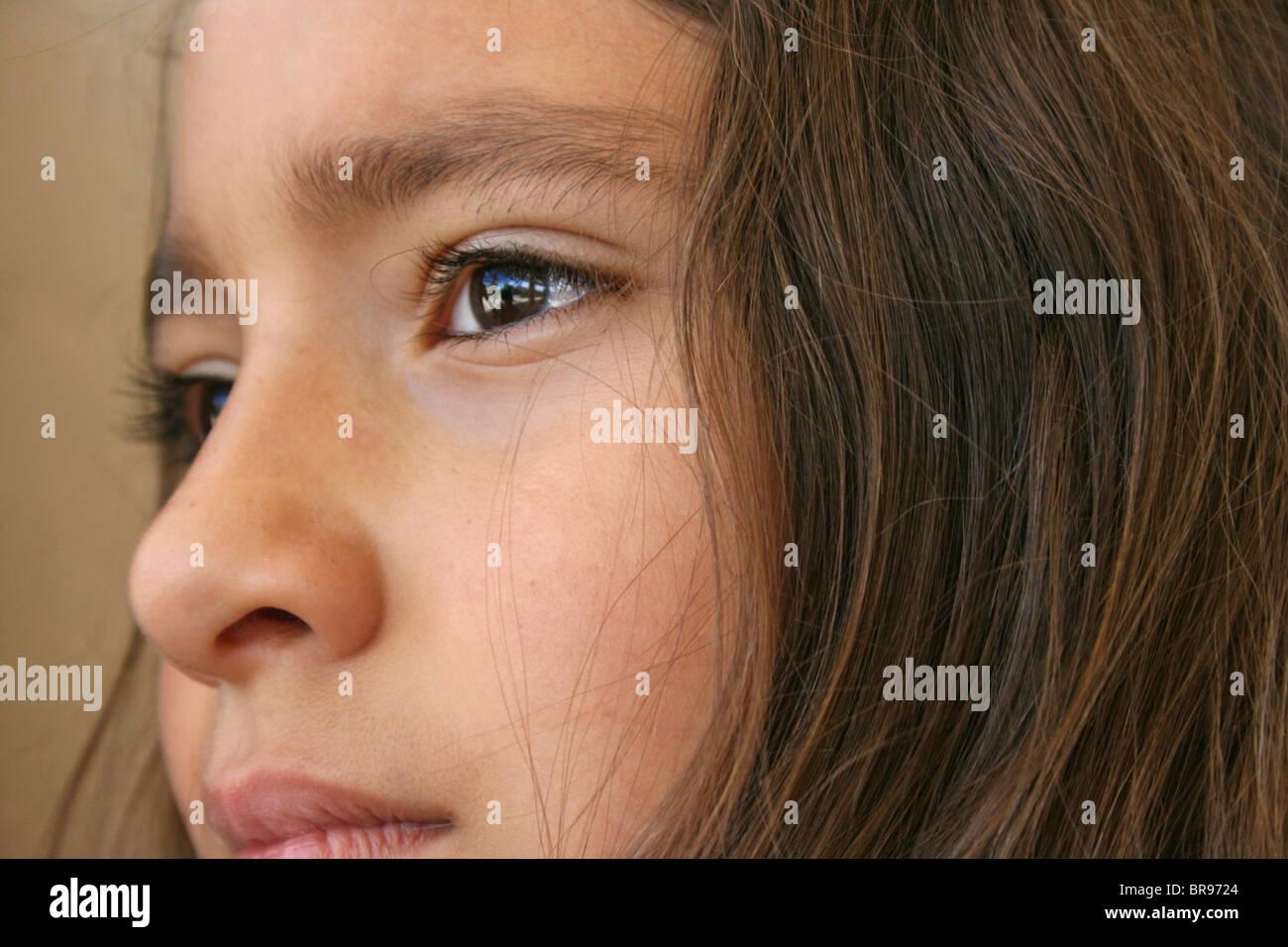 Ravvicinata di una ragazza ispanica con espressione preoccupata Immagini Stock