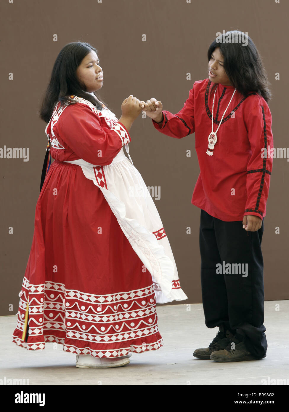 Una coppia di giovani indiani Chactaw eseguendo una danza nuziale durante l annuale tribù del sud-est del Festival. Foto Stock
