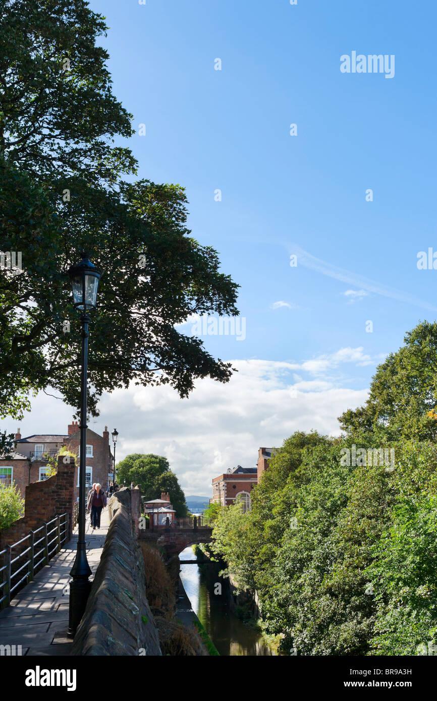 Le mura della città e il canale di Chester, Chester, Cheshire, Inghilterra, Regno Unito Immagini Stock
