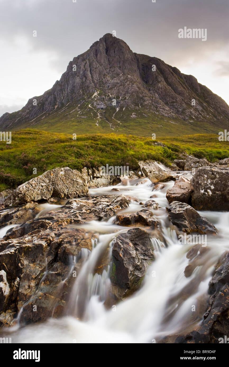 Buachaille Etive Mor e fiume Coupall, Glencoe, Highland, Scotland, Regno Unito Immagini Stock