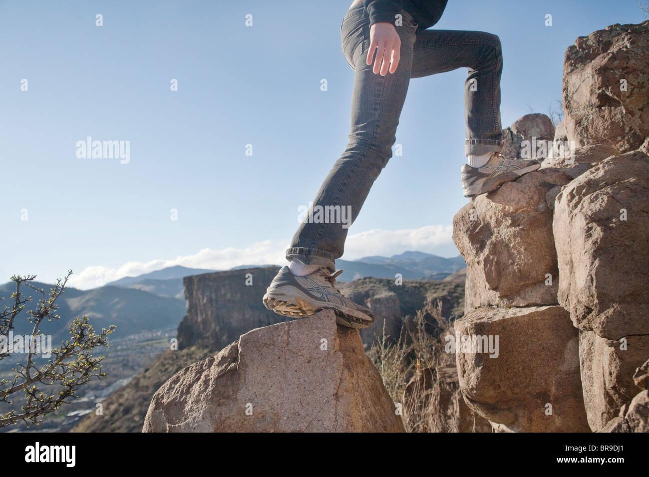 La donna si arrampica su rocceFoto Stock