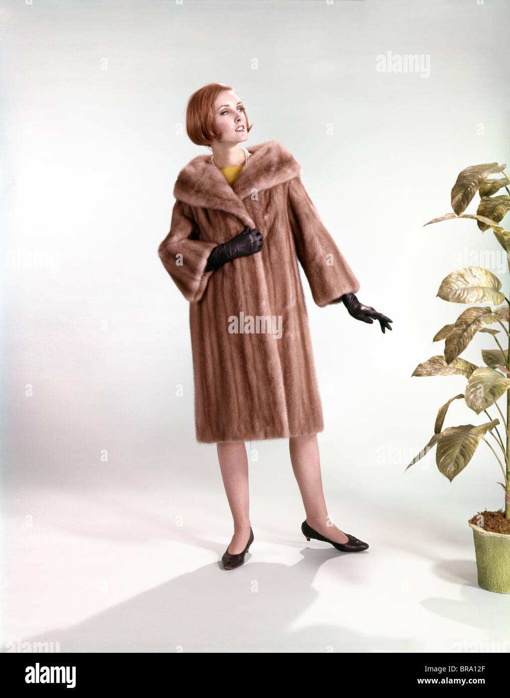 Anni sessanta elegante donna che indossa la PELLICCIA DI VISONE cappotto a  lunghezza piena di moda 318b79dbf1d3