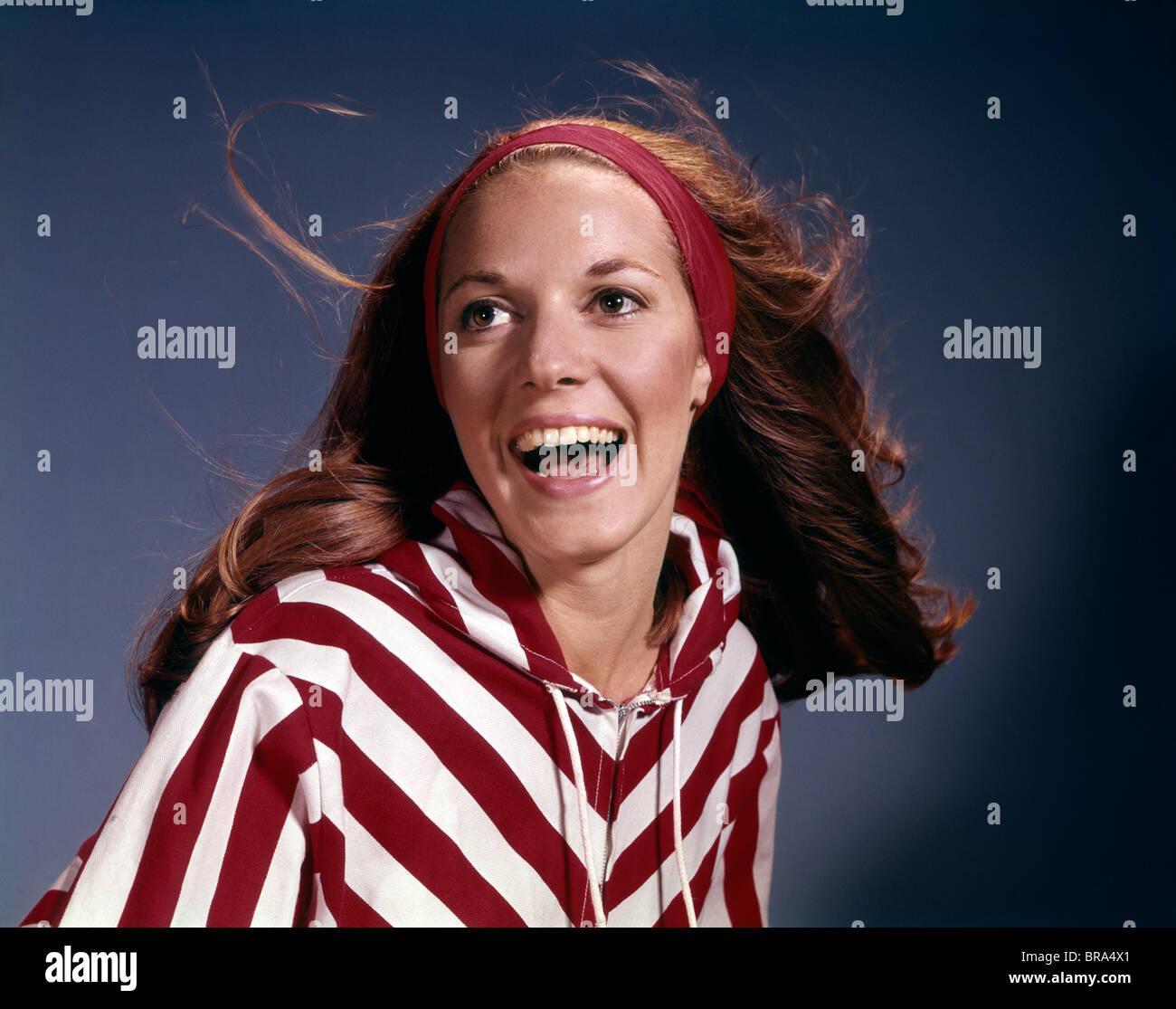 Anni sessanta ritratto sorridente ridendo donna fascia rossa Camicia a Righe moda rétro Immagini Stock