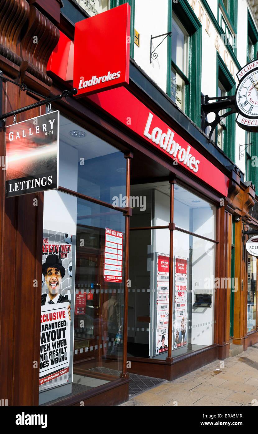 Ladbrokes betting shop, Huddersfield, West Yorkshire, Inghilterra, Regno Unito Immagini Stock