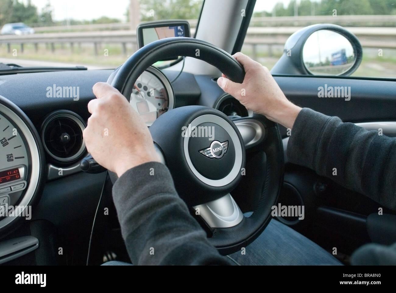Auto conducente con le mani sul volante Immagini Stock