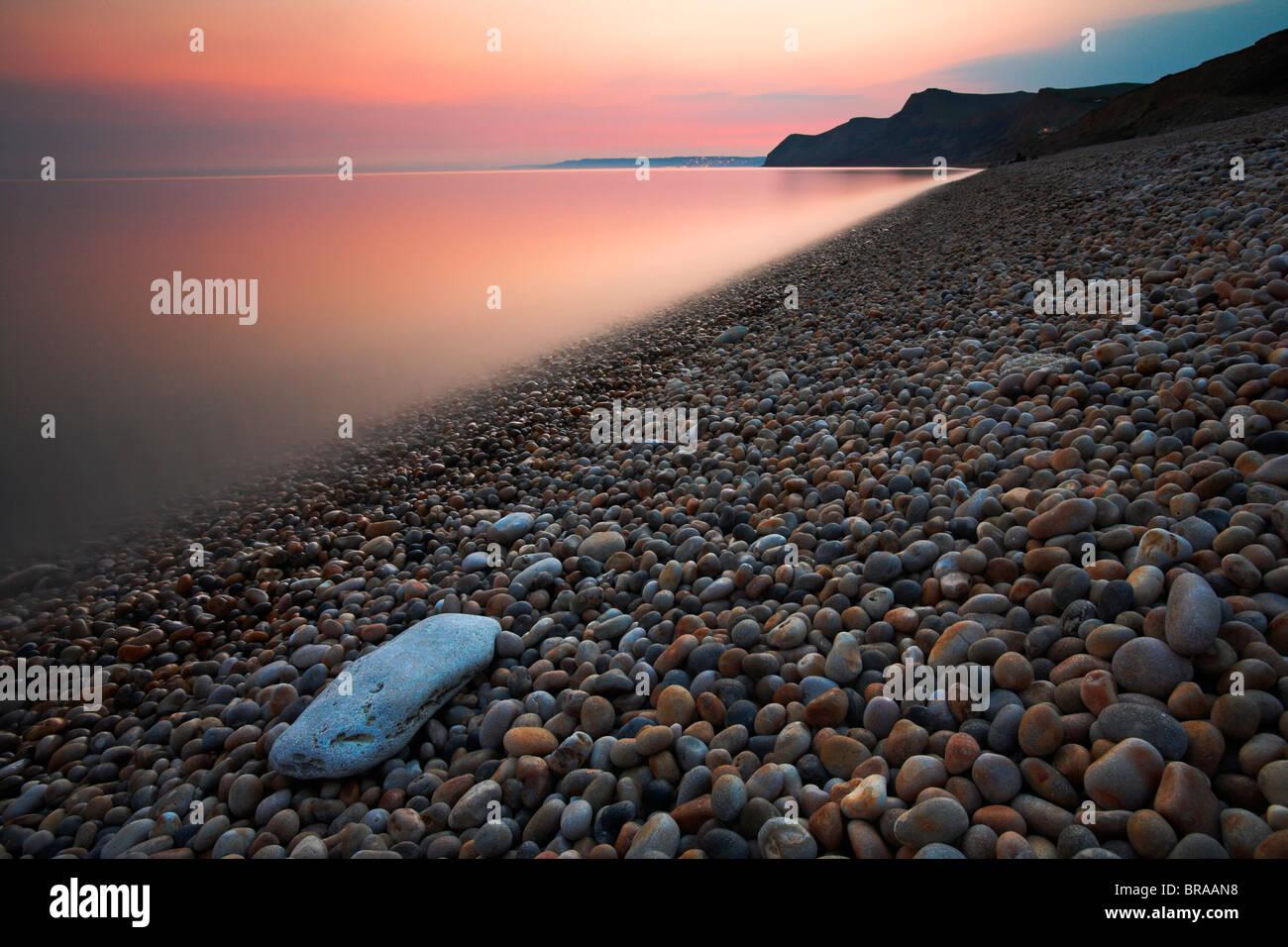 Twilight oltre il greto presso Eype, Jurassic Coast Sito Patrimonio Mondiale, Dorset Immagini Stock