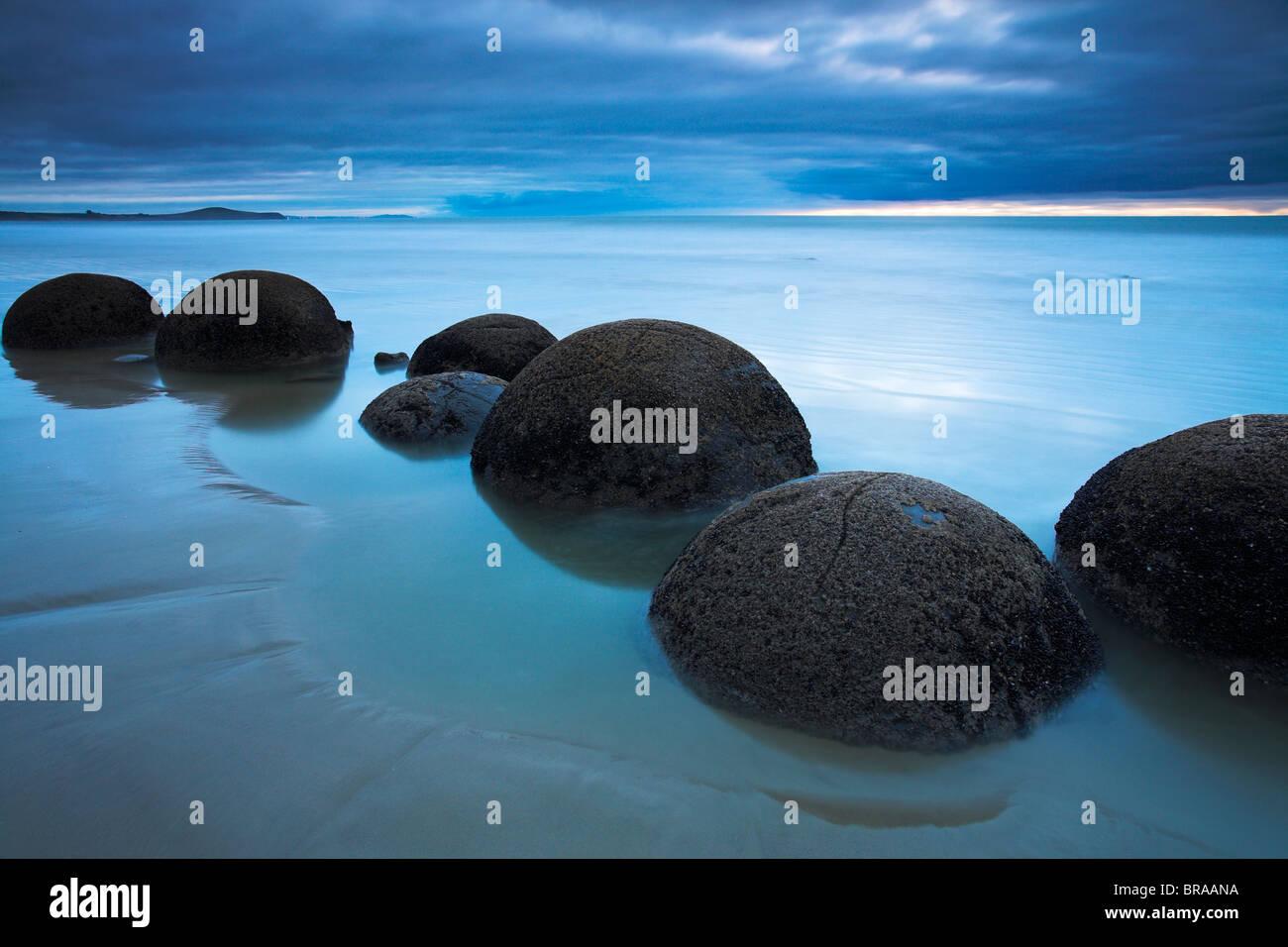 Moeraki boulders sulla costa Otago, Isola del Sud, Nuova Zelanda Immagini Stock
