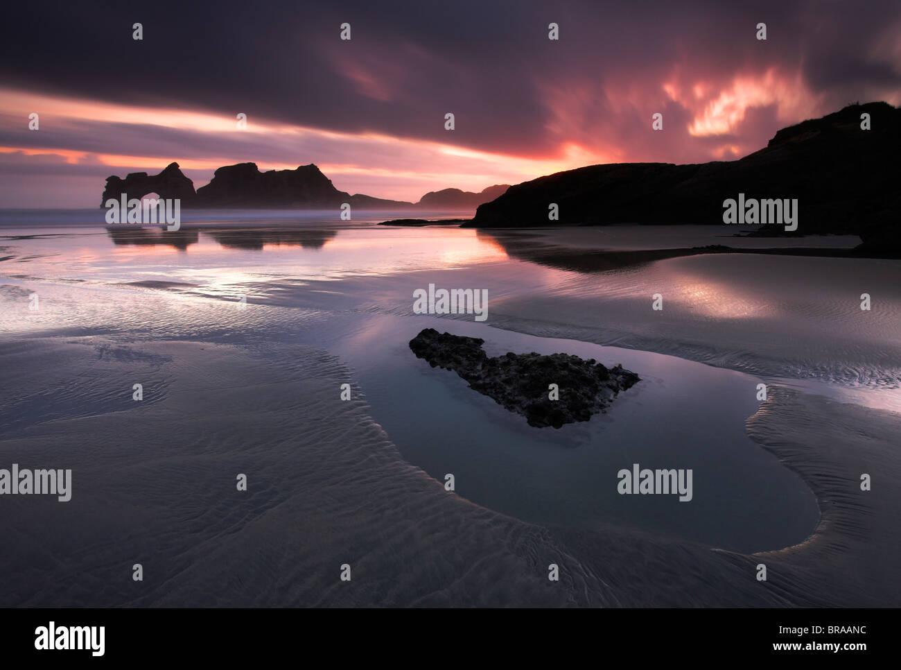 Alba sul Wharariki Beach Golden Bay, Isola del Sud, Nuova Zelanda Immagini Stock