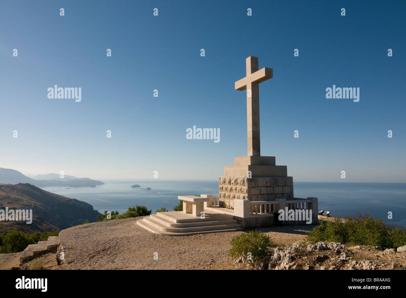 Enorme croce cristiana sulla cima della montagna sopra la città vecchia di Dubrovnik, Croazia, Europa Immagini Stock