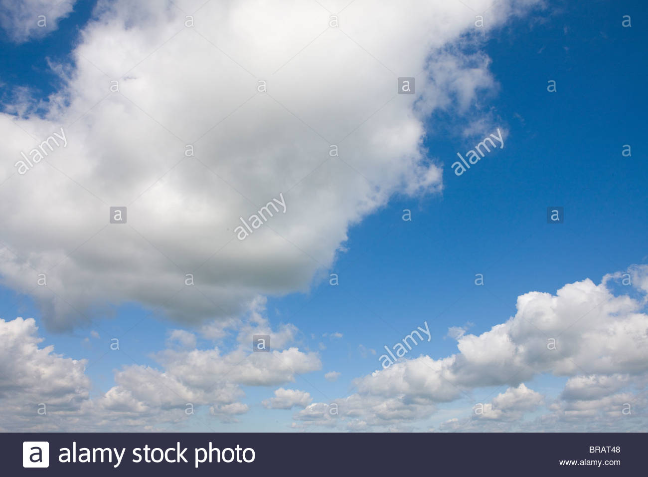 Nuvole nel cielo blu Immagini Stock