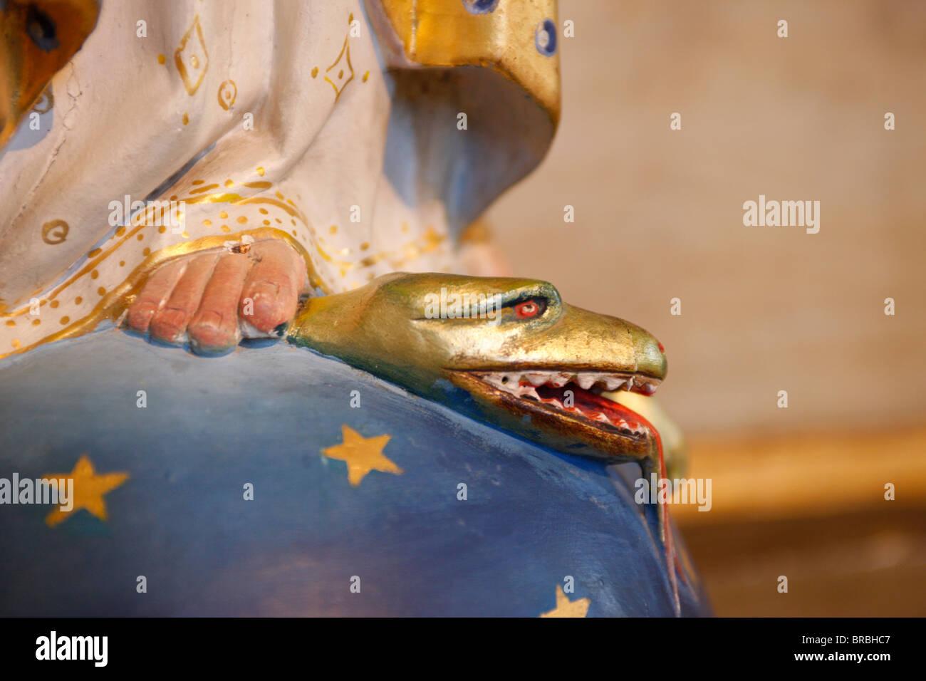 Vergine calpestando il male snake in Saint-Nicolas de Veroce chiesa, Haute Savoie, Francia Immagini Stock