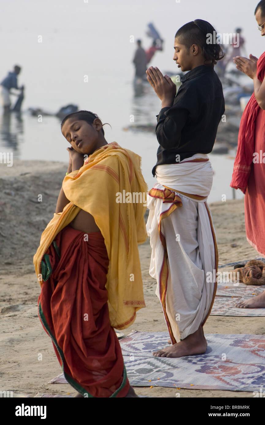 Studente di scuola di Sanscrito dormire durante la preghiera del mattino, Varanasi, Uttar Pradesh, India Immagini Stock