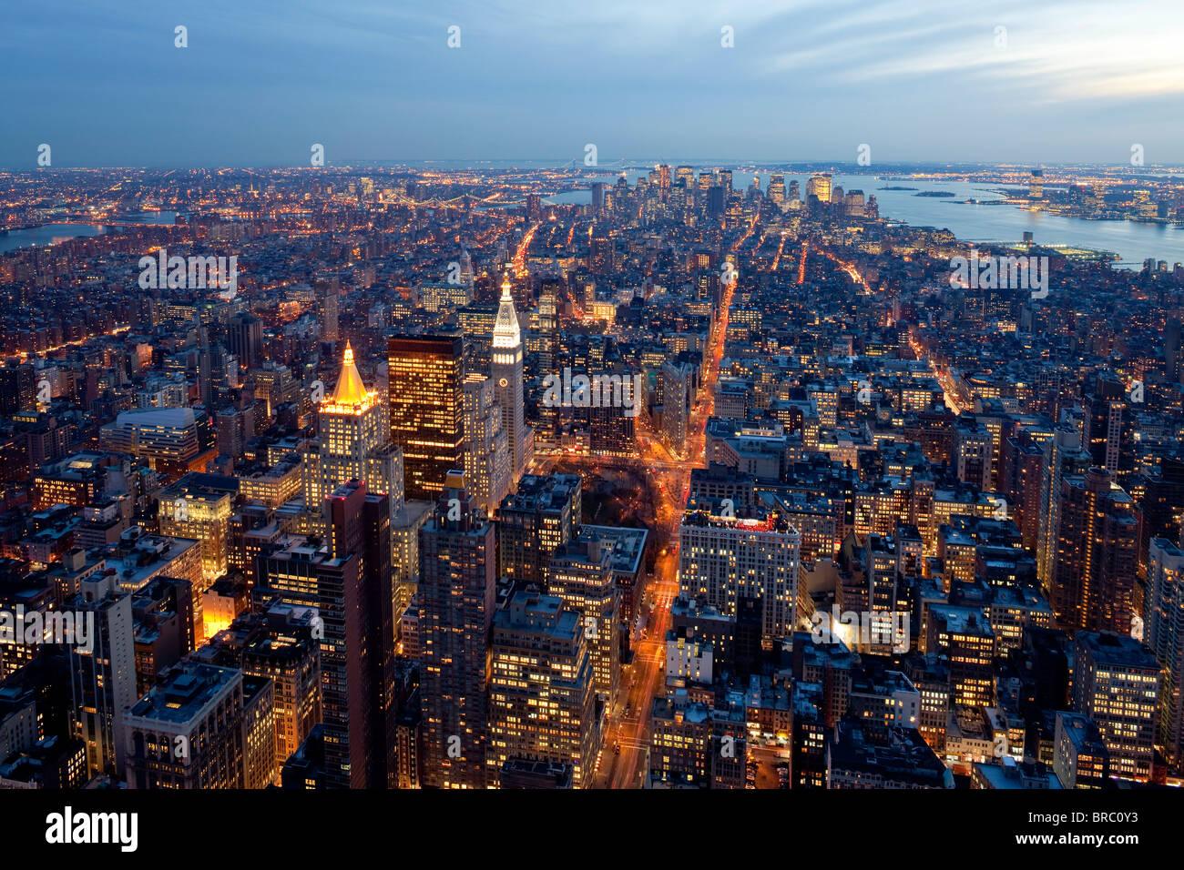 Vista in elevazione del centro di Manhattan al crepuscolo, la città di New York, New York, Stati Uniti d'America Immagini Stock