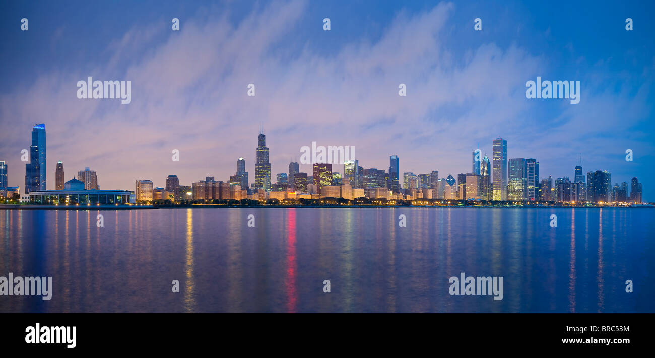 Sullo skyline di Chicago Cityscape di notte, STATI UNITI D'AMERICA Immagini Stock