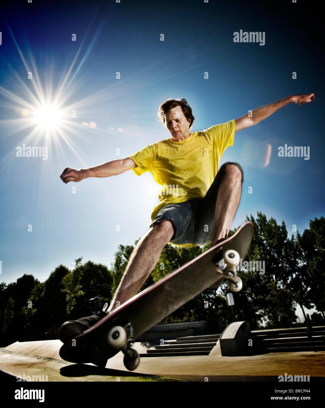 Guidatore di skateboard facendo uno skateboard trick Immagini Stock