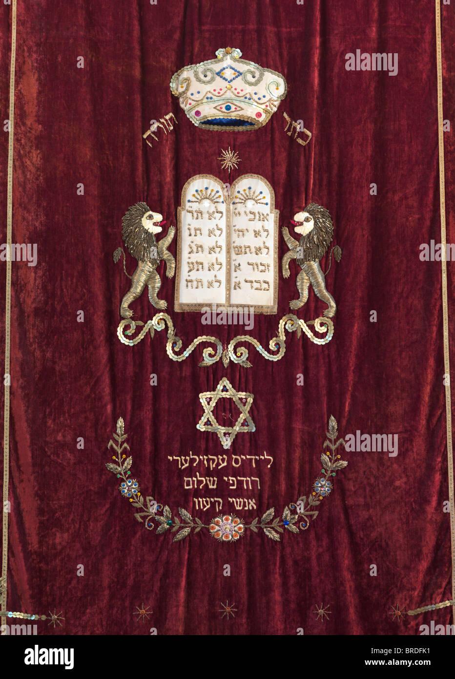 Simboli ebraici Torah crown, Dieci Comandamenti compresse di placca, David star in una sinagoga arca, ricami in Immagini Stock