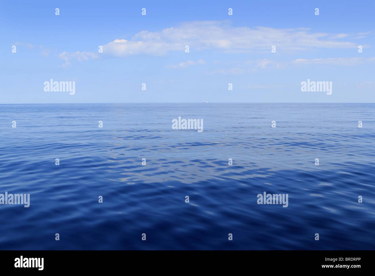 Mare blu oceano orizzonte perfetto nella calma della giornata di sole mediterraneo Immagini Stock