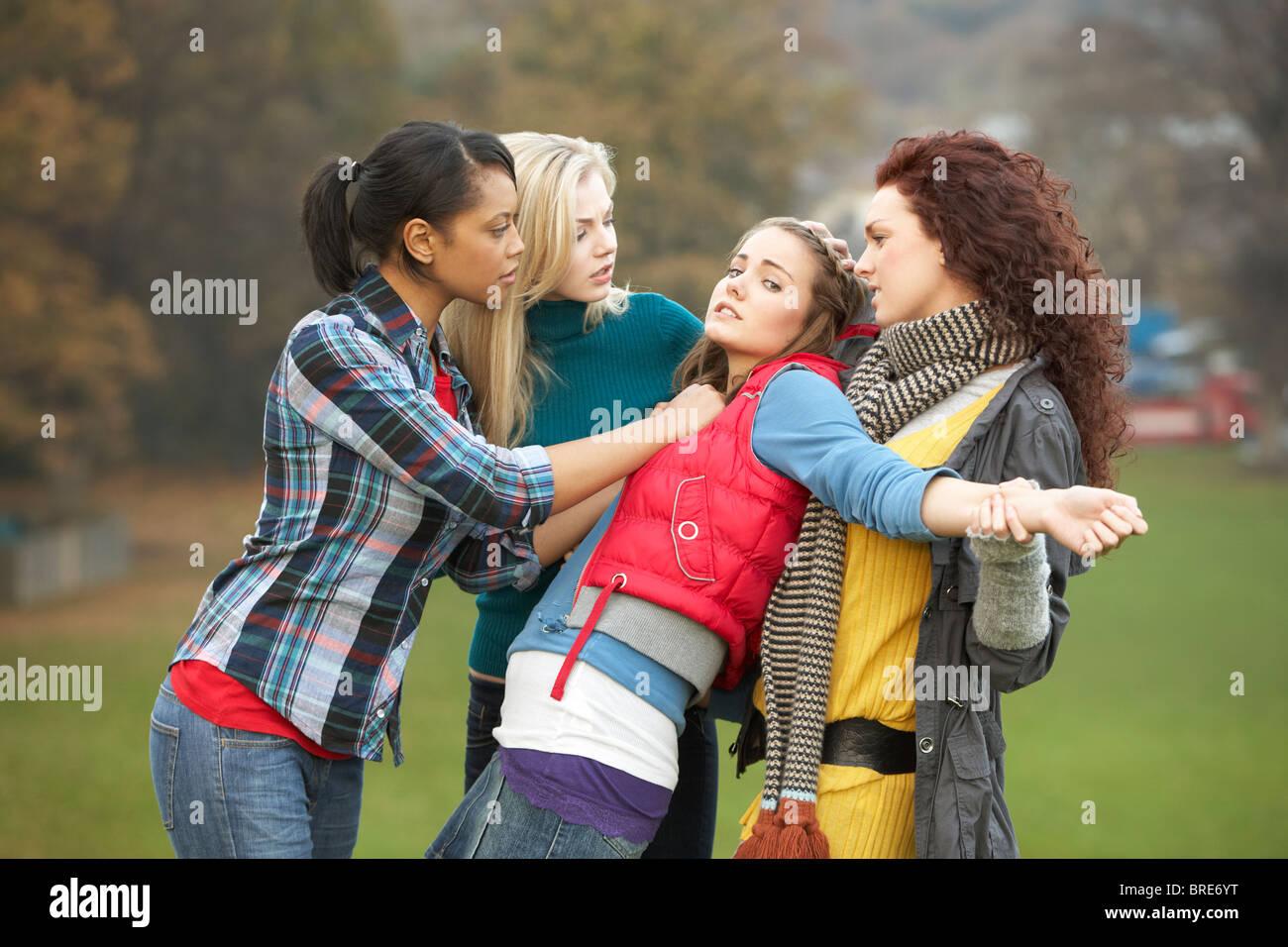 Un gruppo di adolescenti di sesso femminile il bullismo ragazza Immagini Stock