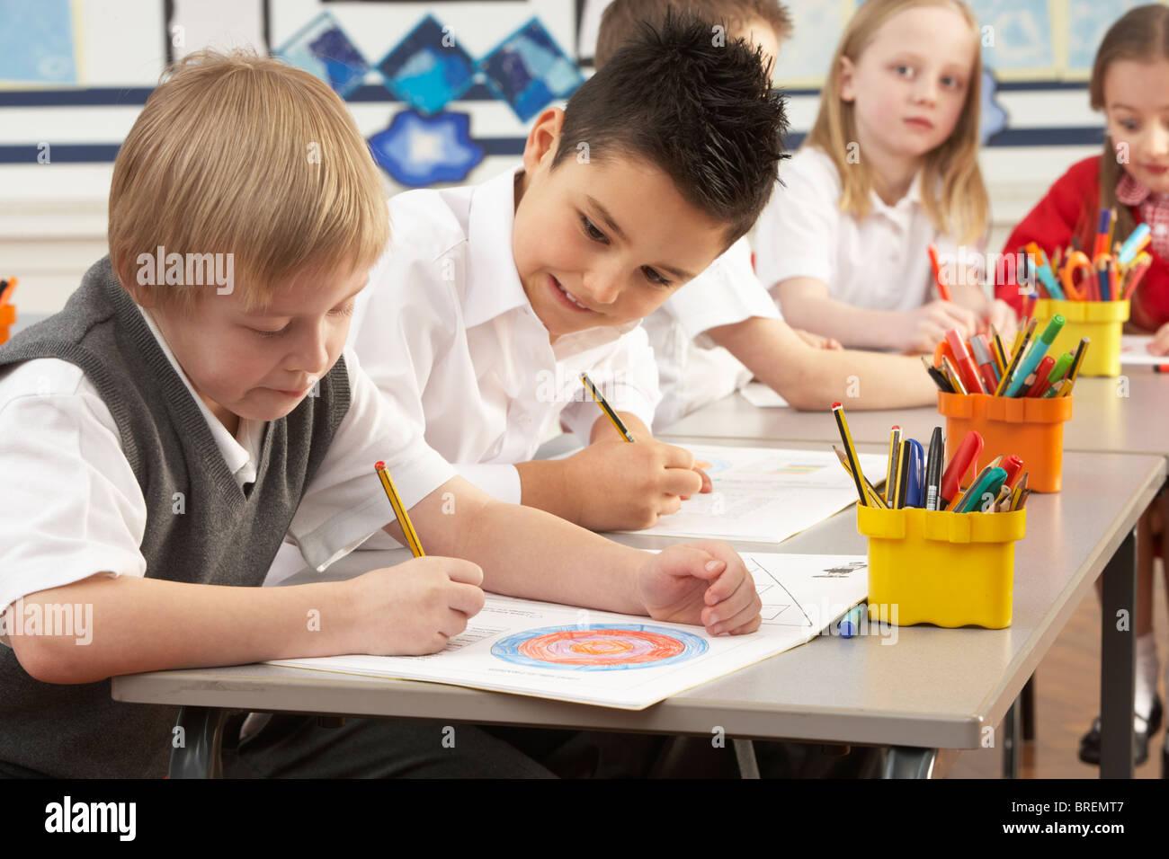 Scrivania Per Bambini Elementari : Un gruppo di bambini delle scuole elementari in classe funzionante