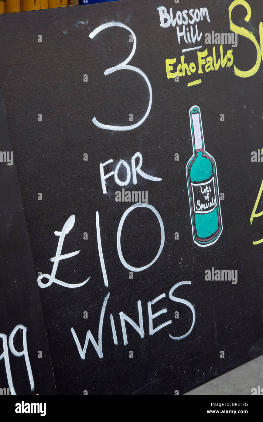 Pannelli pubblicitari vini economici al di fuori di un negozio di licenza. Regno Unito, Gran Bretagna Immagini Stock
