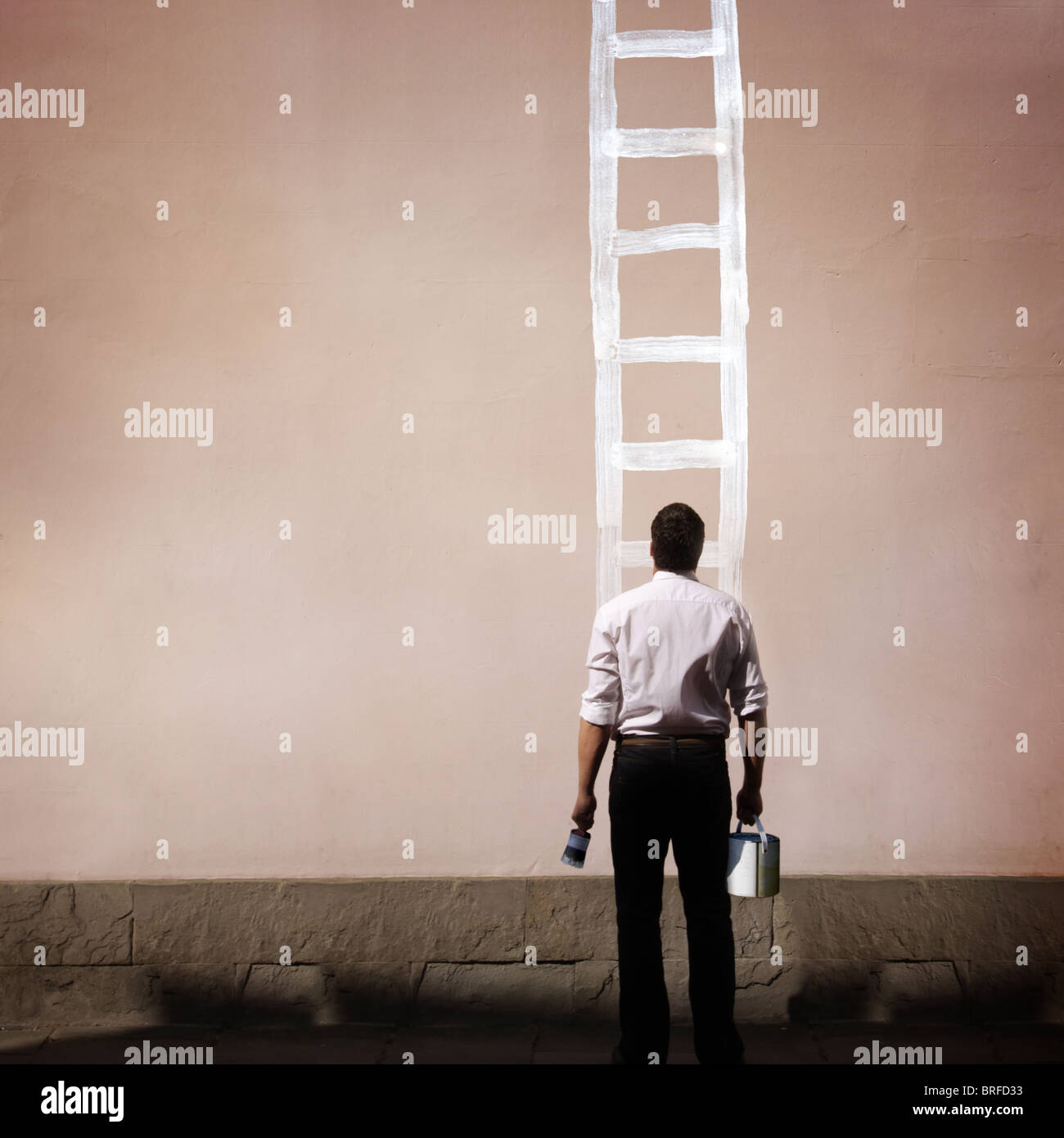 Uomo con scaletta dipinta sulla parete Immagini Stock