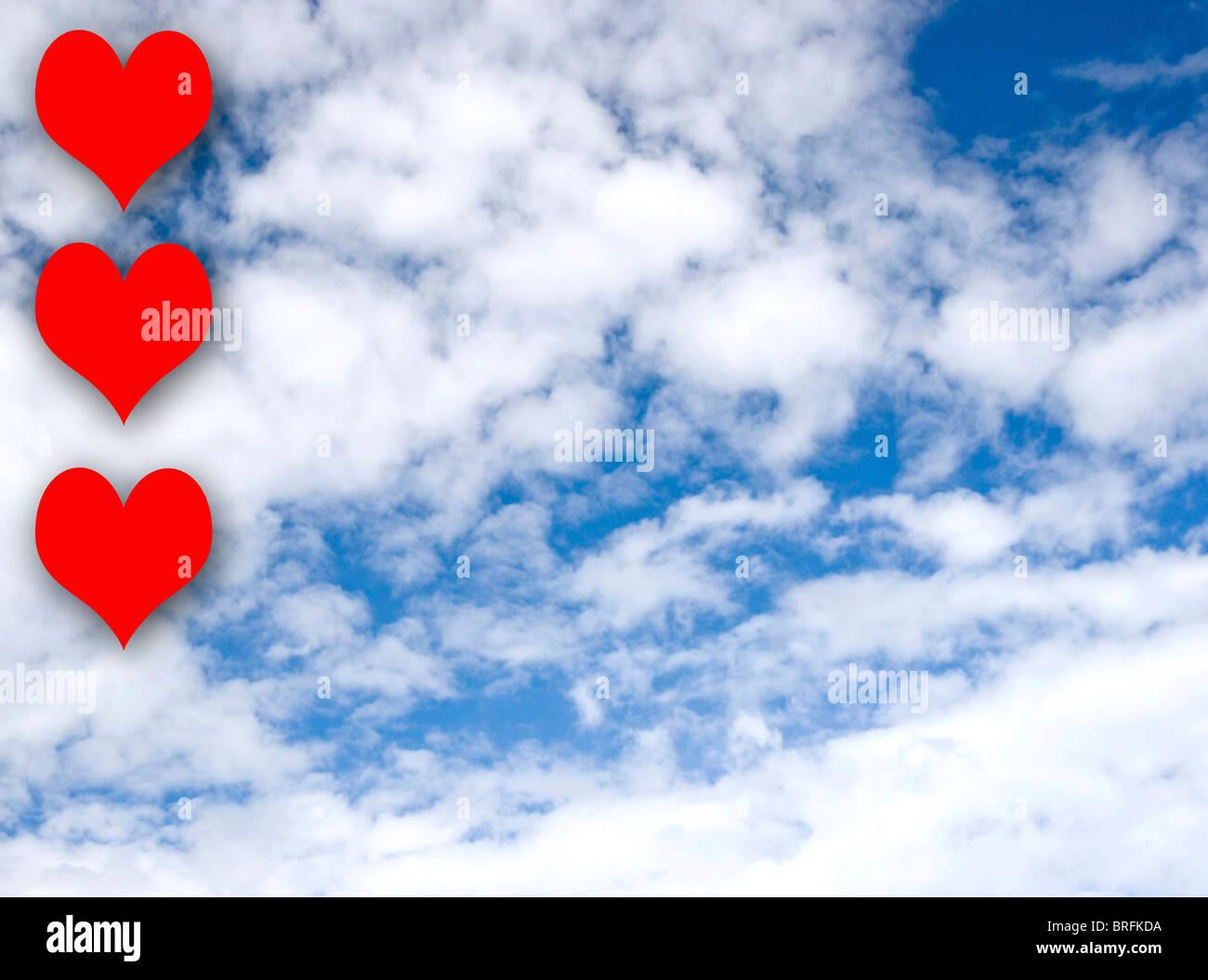 Cuore rosso forme di fronte a un cielo blu, il giorno di San Valentino Immagini Stock