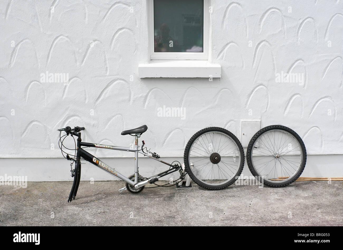 Una bicicletta con due ruote prese off Immagini Stock