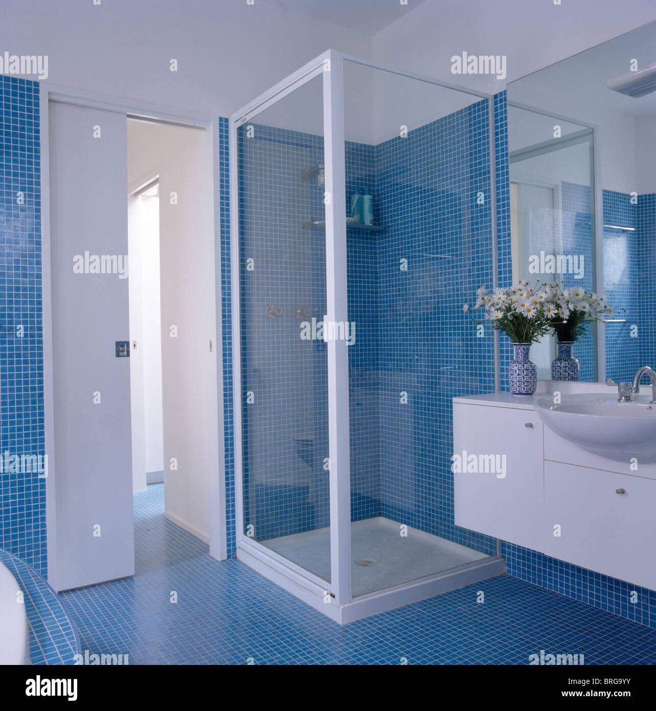 Mosaico blu pareti in piastrelle e pavimento di bagno moderno con doccia in vetro mobile foto - Mosaico vetro bagno ...