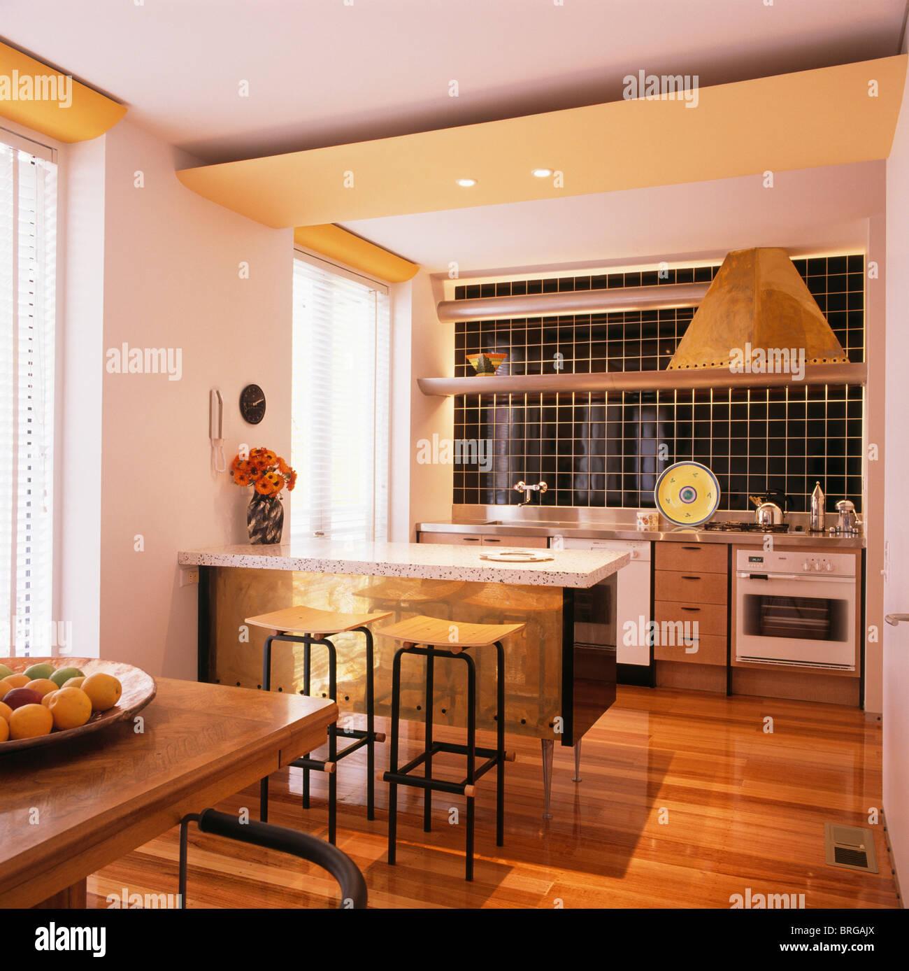 Il pavimento in legno nella cucina a pianta aperta la sala da pranzo ...