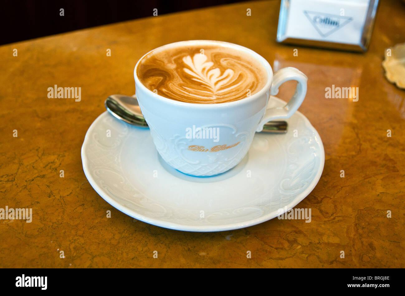 Tazza di cappuccino, serviti in un cafe', Milano, Italia Immagini Stock