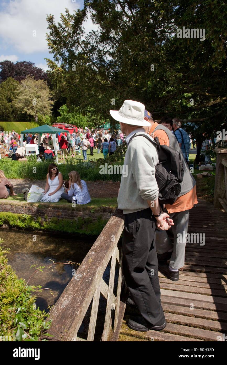 Pensionati uomini presso l'entrata dell'annuale estate Charminster Fete, nel villaggio Dorest di Charminster. DAVID Foto Stock